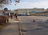 A kirúgott szakszervezetis miatt ismét tüntetők vonultak az esztergomi Suzuki-gyár elé