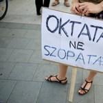 """""""Nem a felsőoktatást kellene izélgetni"""" - tüntettek a Corvinus előtt"""
