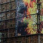 Mintha lángokban állna az EU központja – akciózik a Greenpeace