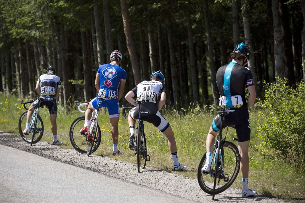 afp. az év sportfotói 2014. Le Teil, Franciaország, 2014.06.10. Cyclists urinate during the third stage (Ambert - Le Teil) of the 66th edition of the Dauphine Criterium cycling race on June 10, 2014 in Le Teil, southern France.