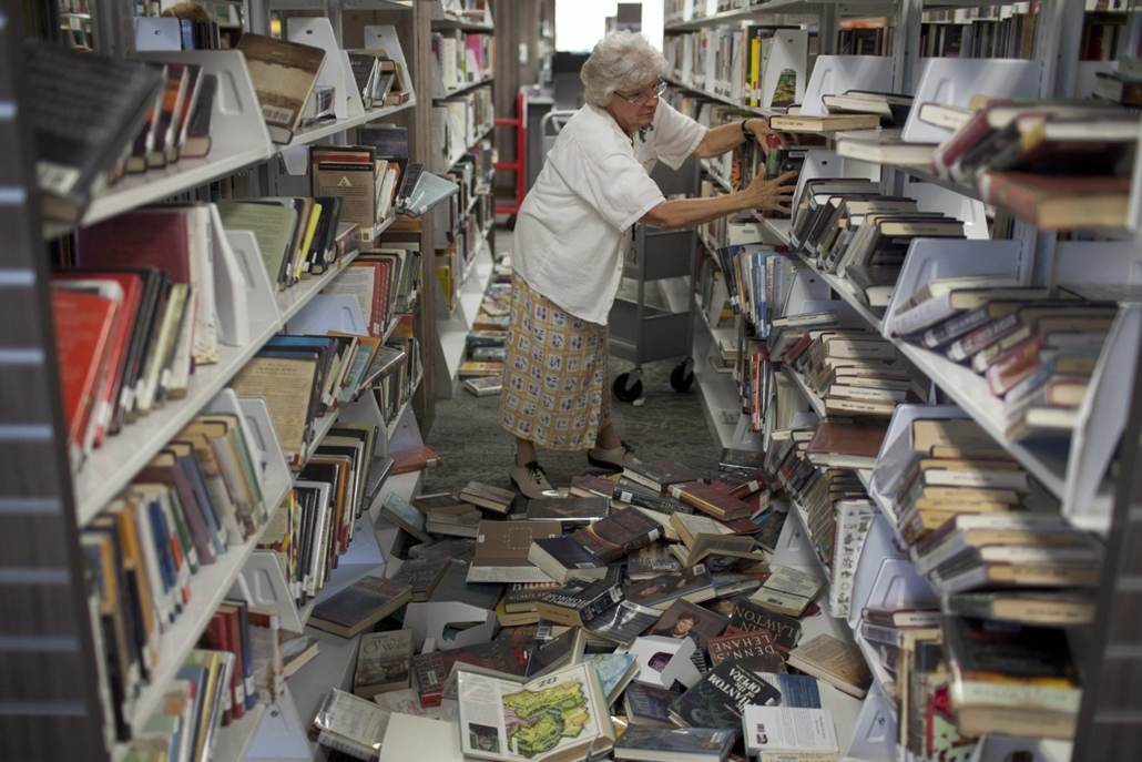 afp. hét képe - GFöldrengés Kaliforniában Napa, 2014. augusztus 26. A megyei könyvtár egyik dolgozója szortírozza a könyveket a kaliforniai Napában 2014. augusztus 25-én, két nappal az után, hogy egy 6-os erősségű földrengés rázta meg a San Franciscó-i öb