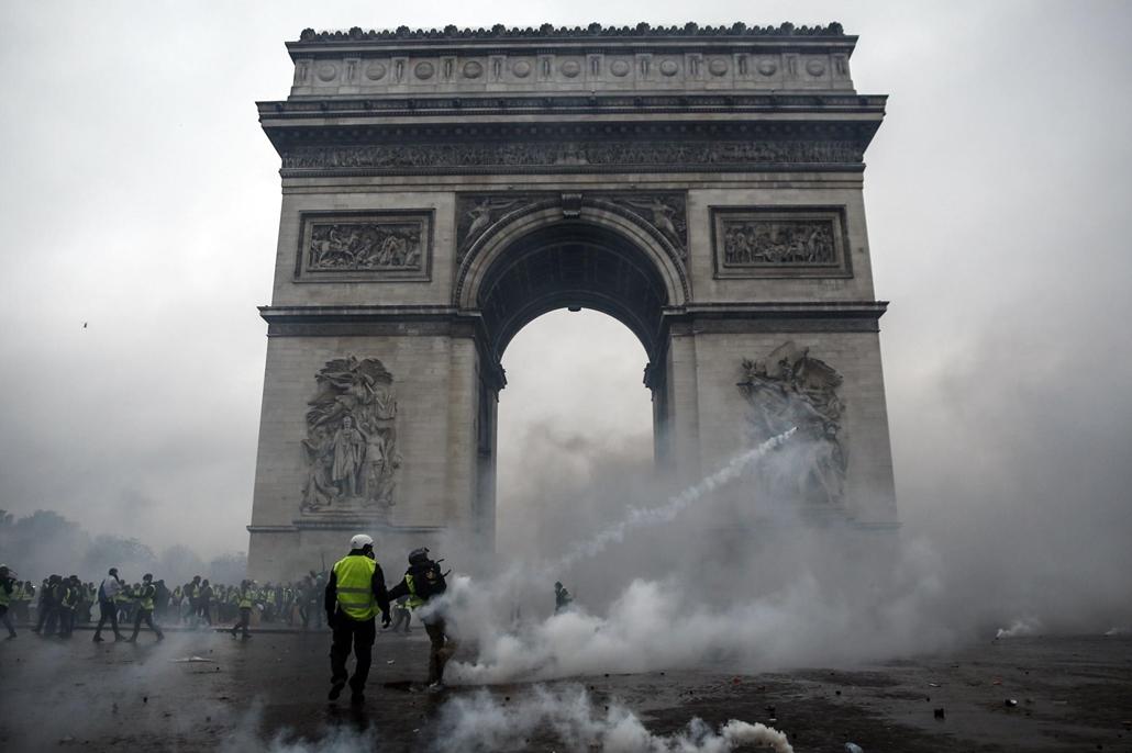 afp.18.12.01. a tüntetés során összetűzésbe kerültek a rendőrök és a sárga mellényes tiltakozók december 1-jén