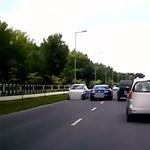 Keresik a rendőrök az eszetlen Mustang-sofőrt – videó