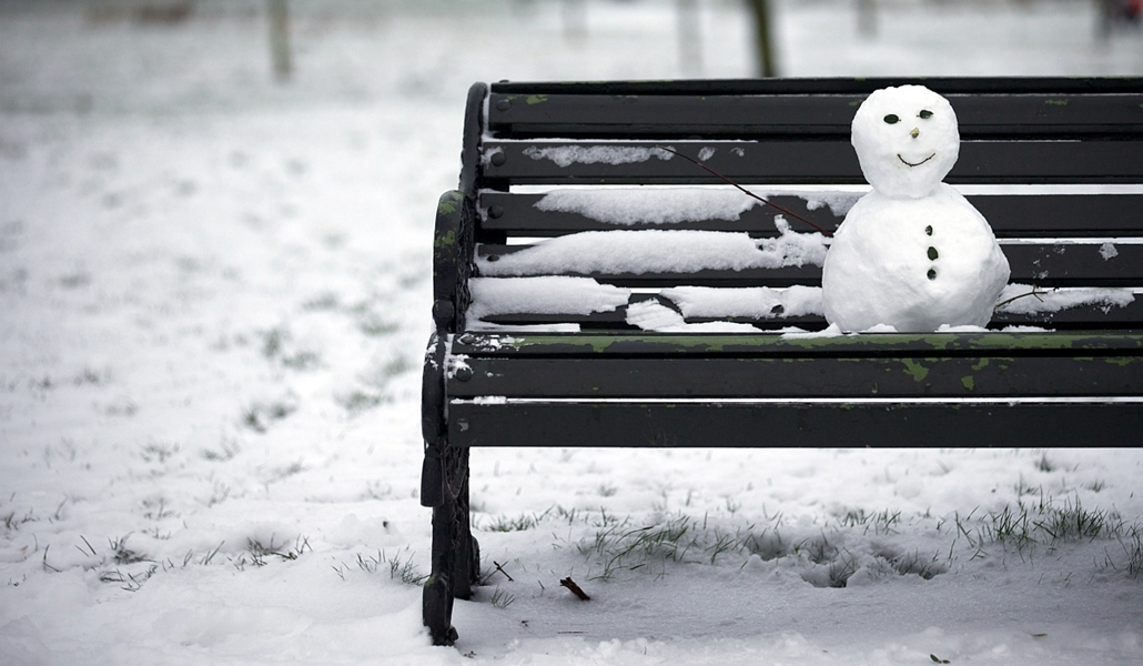 afp. hóember, 2013.01.18. London, park, pad, small snow man sits on a bench in Regent's Park after snowfall in central London on January 18, 2013. Snow swept across Britain, forcing airports to cancel hundreds of flights and more than 3,000 schools to clo