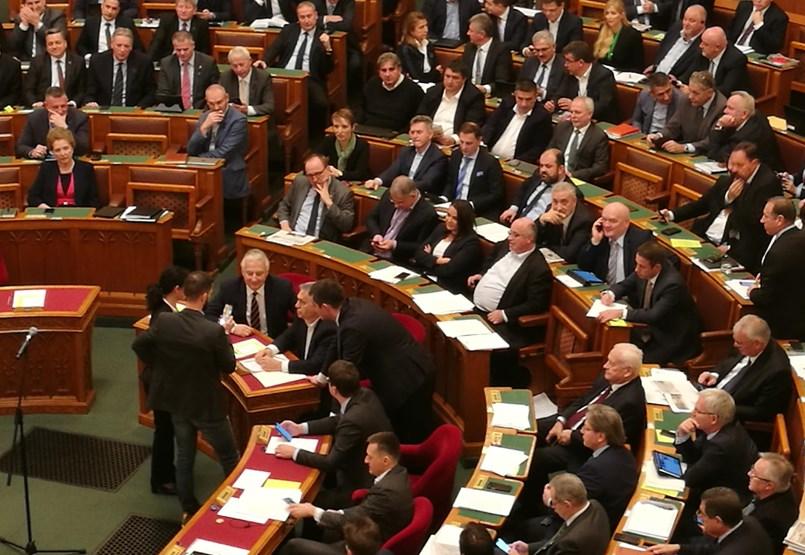 Rabszolgatörvény: az ellenzék elfoglalta a pulpitust, Orbán arcába sípolnak