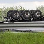 Megérkeztek a fotók az M0-son felborult kamionról