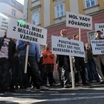 A Főpolgármesteri Hivatalnál tüntettek a CET alvállalkozói