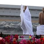 Fotók: hatalmas bronzszobrot állított Kim Dzsongilnek és apjának Észak-Korea