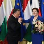 Fotó: Orbán kezet csókolt a miniszterelnöknek Varsóban