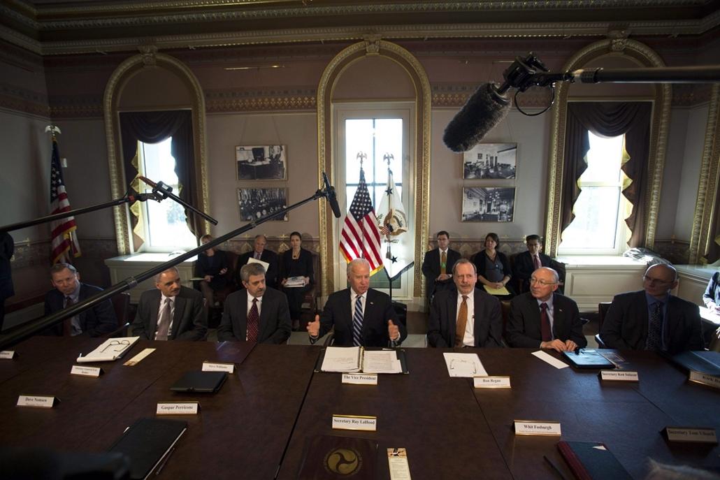 Nagyításgaléria - Tárgyalások kezdődtek a fegyveres erőszak visszaszorítása az Egyesült Államokban. Joe Biden amerikai alelnök tárgyal a sportlövész és természetjáró szervezetek jogi képviselőivel.
