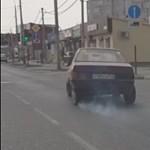 Törött hátsó tengellyel nyomott egy gázt a Lada sofőrje, nem lett jó vége – videó