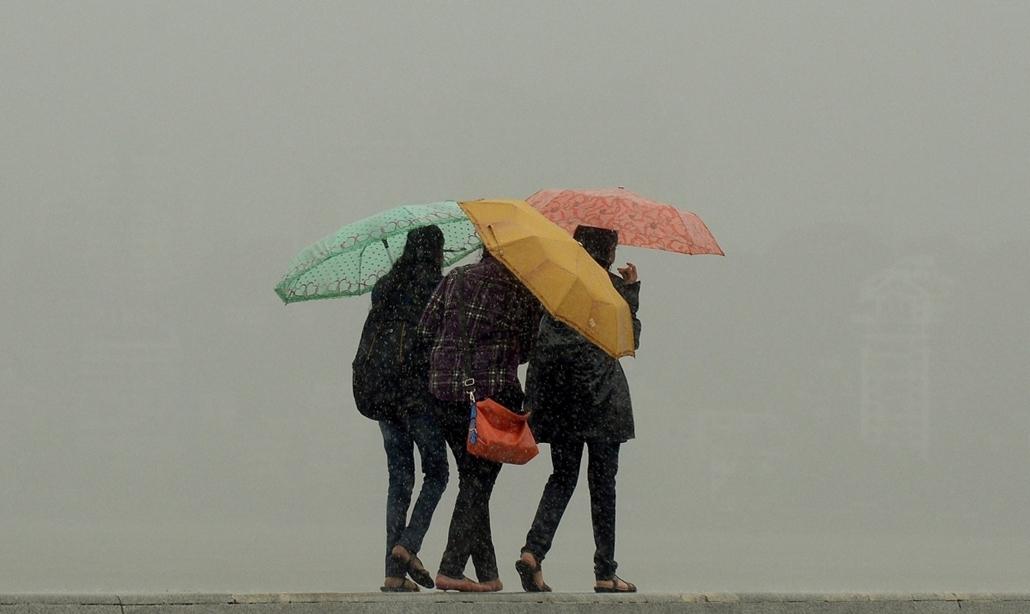 afp. nagyításhoz - esernyő - eső, időjárás, zivatar, vihar, India, Mumbai, 2013.06.14.