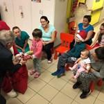 Háttérbe szorította a Mikulást a fideszes képviselő a hatvani kórház gyerekosztályán