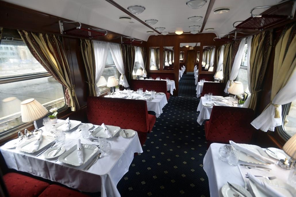 mti. hét képei - Budapest, 2014.10.15. A Budapestről Teheránba induló Golden Eagle Danube Express luxusvonat étkezőkocsija a Nyugati pályaudvaron 2014. október 15-én. A vonat 70 utassal vágott neki ezen a napon a mintegy 7000 kilométeres, 13 napig tartó ú