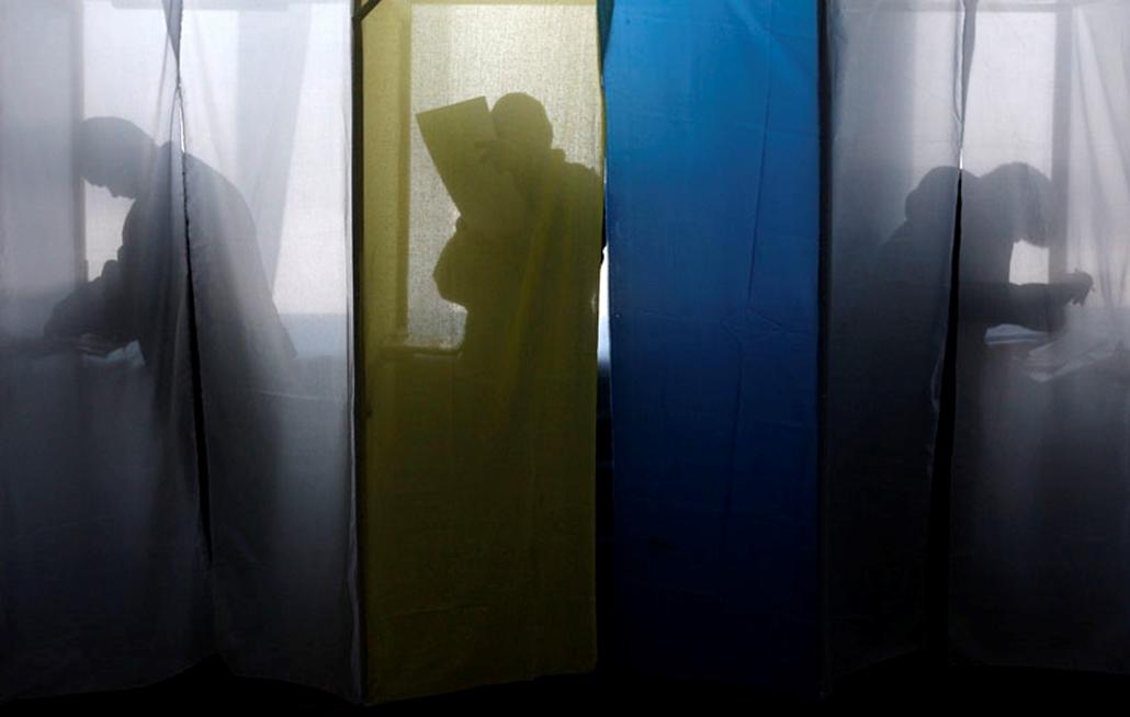 A választók kitöltik szavazólapjukat a szavazófülkében az ukrán elnökválasztás első fordulójában Dnyipropetrovszkban 2010. január 17-én.