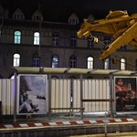 Brutális látvány a villamosmegállóra dőlt munkagép – fotók