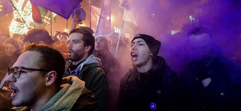 Nyomoz az ügyészség, miután a Momentum elnöke füstgránátot dobott a rendőrök felé