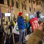 """Békéscsabán negyedszer is tüntettek: """"Ne a fél pályát, hanem az egészet zárjuk le"""""""